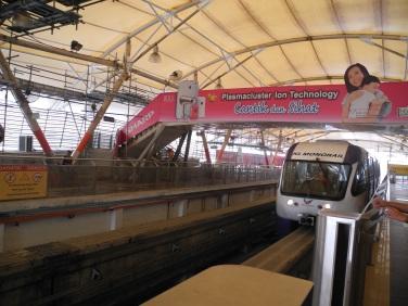 Monorail saat akan berhenti di stasiun
