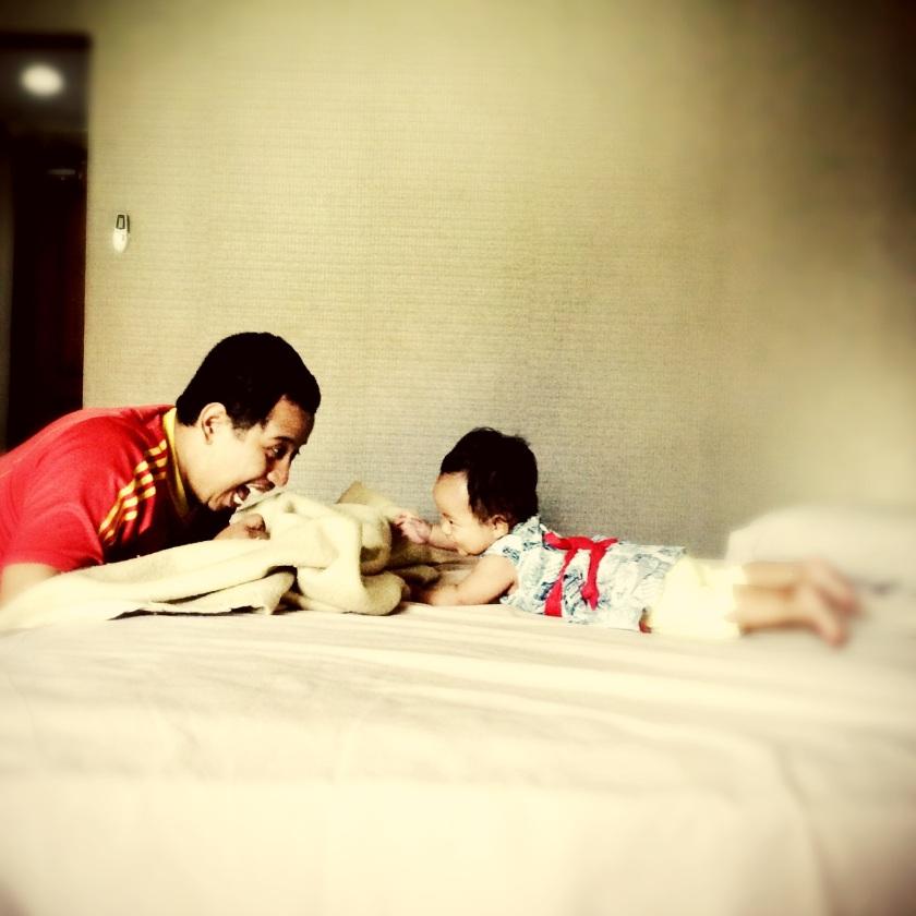 Mengisi waktu di hotel dengan bermain cilukba :D