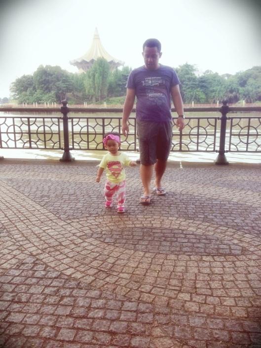 Papa dan K main di waterfront