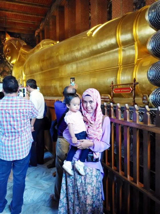 Bengong di depan Budha tidur