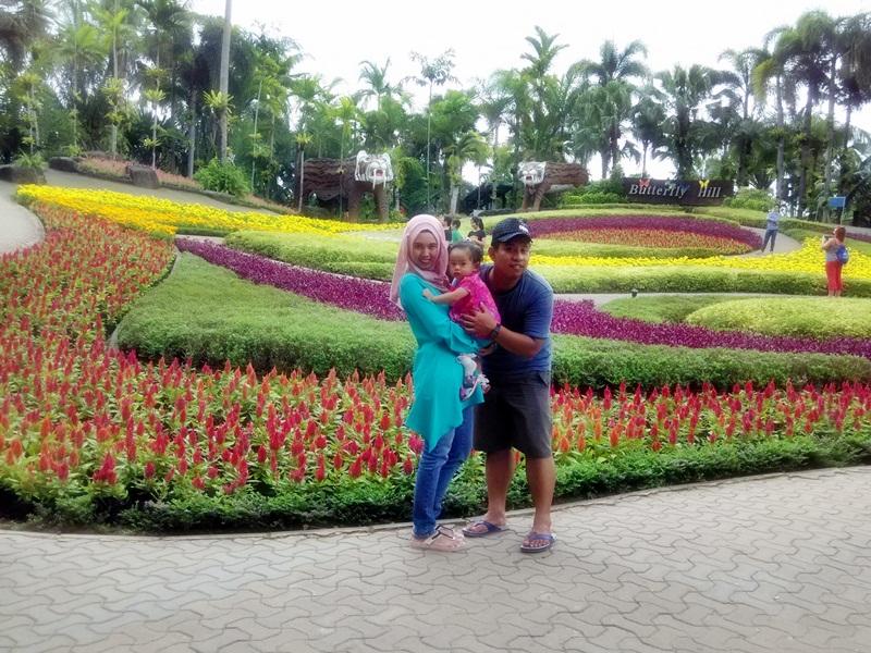 Foto di depan taman bunga bertiga :D