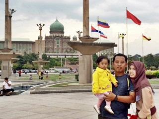 mejeng di depan gedung perdana menteri Malaysia