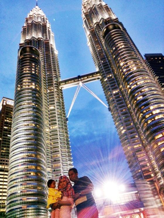 Di depan Petronas Tower