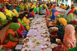 Saprahan - Tradisi makan bersama dengan tangan di lantai bersama sama di Kota Pontianak