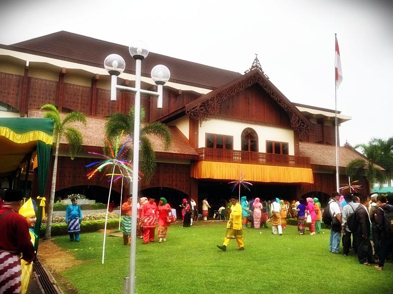 Kantor Walikota Pontianak berhias Pohon Manggar dan PNS berseragam Baju Kurong dan Telok Belanga