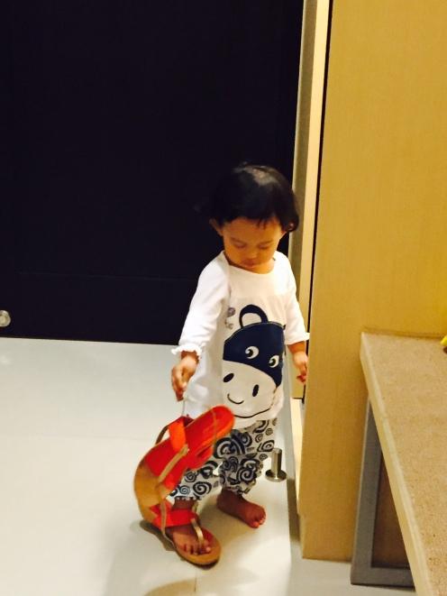 kebiasaan si K klo di hotel suka maenkan sendal