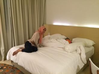 Mau foto tempat tidurnya udah keduluan si K bobo :D