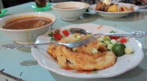 Roti cane dimakan pake kuah kari daging. Aku seh selalu makannya pake daging sapi. sumber: www.visitv3.com