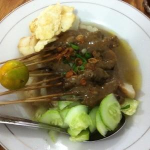 Sate khas Melayu dengan kuah kacang. Dimakan dengan ketupat dan timun sumber: www.foodspotting.com