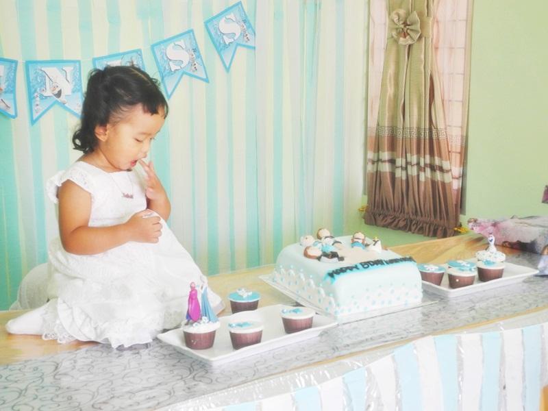 Setelah foto-foto diijinin buat makan kuenya :D