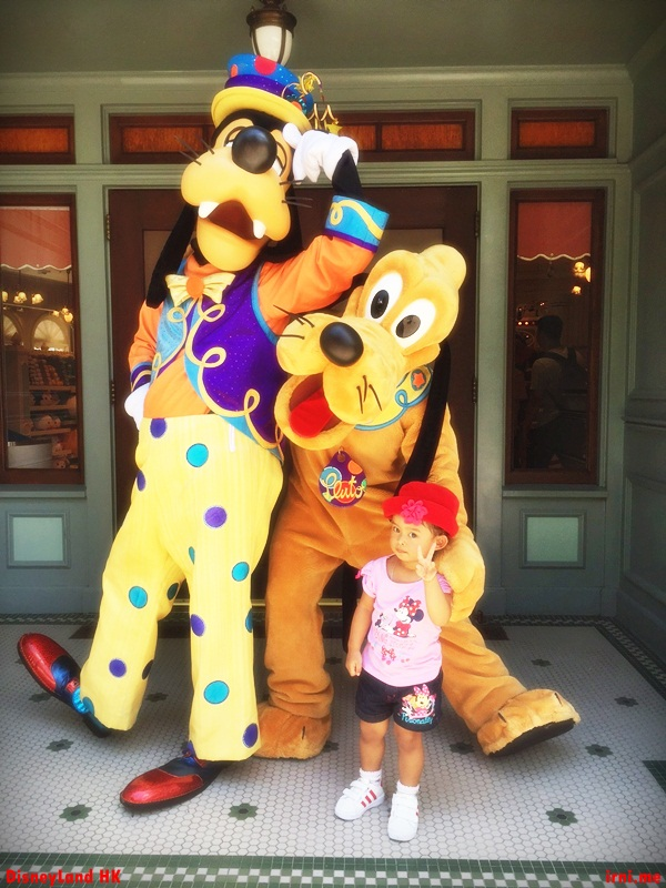 Foto bareng Goofy and Pluto