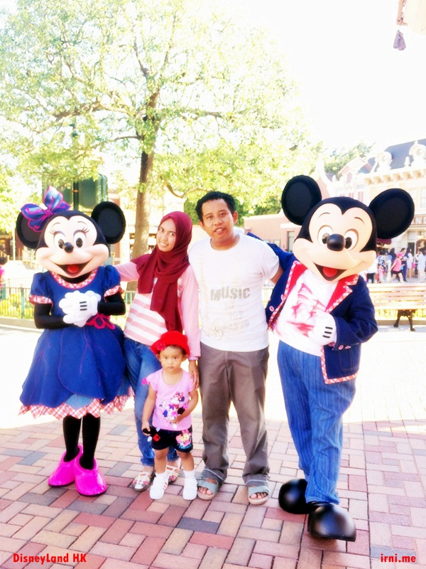 Foto bareng Mickey dan Minnie Mouse