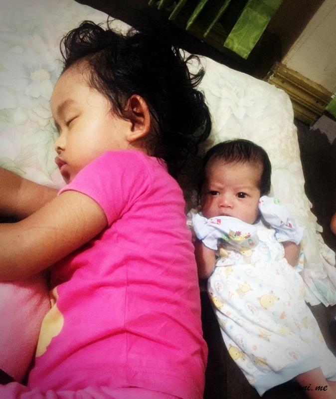 si K dan baby Z yang lagi bobo siang :P