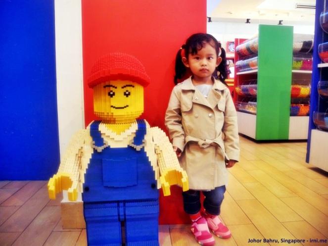 Terpaksa foto sama patung lego :P