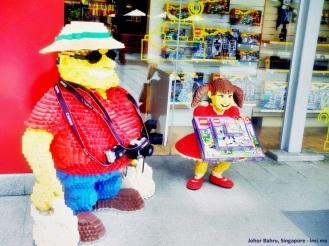 Si K disuruh foto sama patung Lego gak mau :P