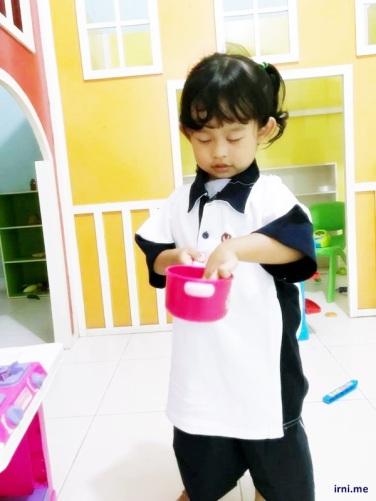 Katniss dengan seragam sekolahnya